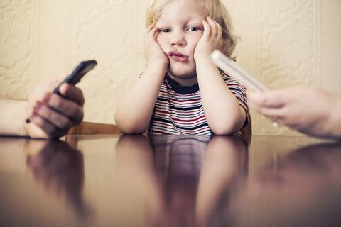 despre cum ne împărțim timpul între telefonul mobil și copiii noștrii