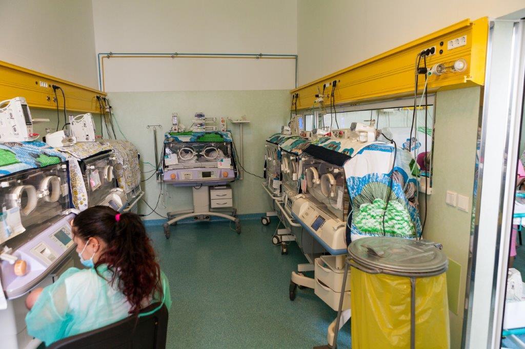 o mână de ajutor pentru bebelușii prematur