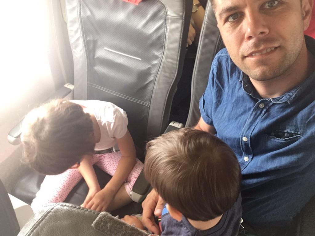 cum călătorești cu copiii cu avionul?
