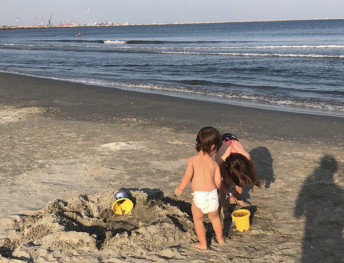 singur cu doi copii la mare