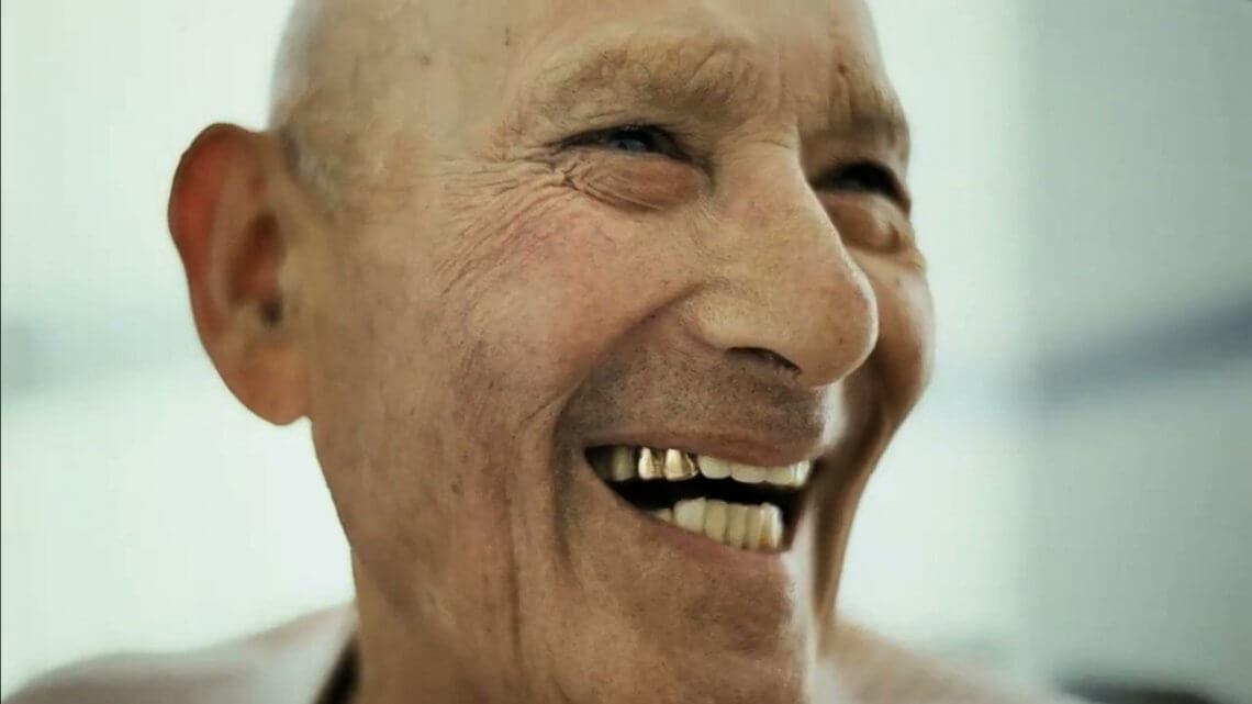să se vadă dinții de aur/argint, falși sau nu